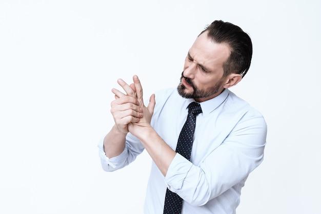 Homem barbudo segurando a escova e gritando de dor. Foto Premium