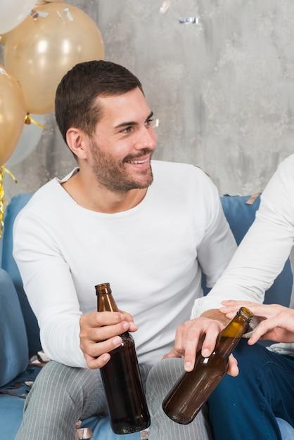 Homem, bebendo, cerveja, com, amigo Foto gratuita