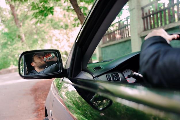Homem, bebendo, cerveja, enquanto, dirigindo carro Foto Premium