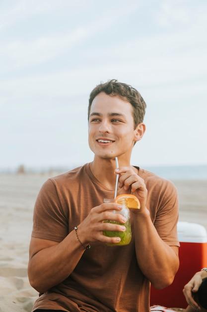 Homem bebendo um coctel Foto Premium