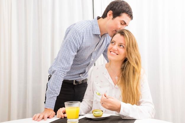 Homem, beijando, dela, esposa, comer, kiwi, com, colher Foto gratuita