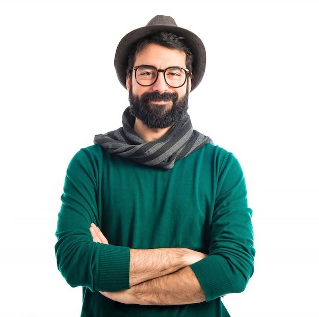 Homem boêmio com os braços cruzados Foto gratuita