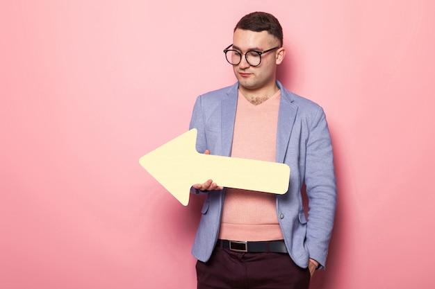 Homem bonito casaco brilhante com ponteiro de discurso Foto Premium