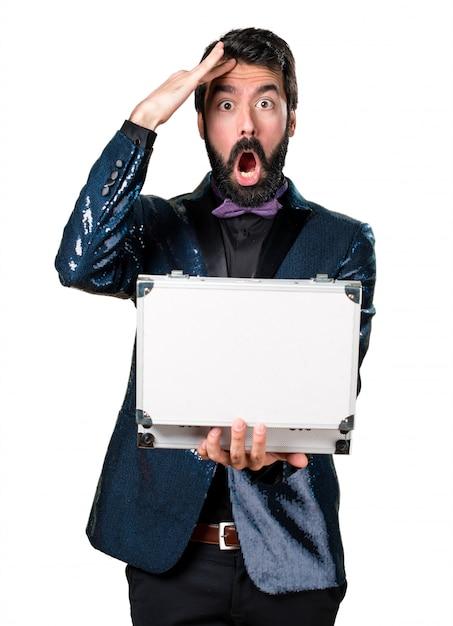 Homem bonito com casaco de lantejoulas segurando uma maleta  b5700f2b2cd