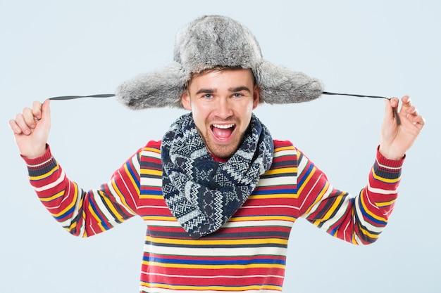 Homem bonito com chapéu de pele Foto gratuita