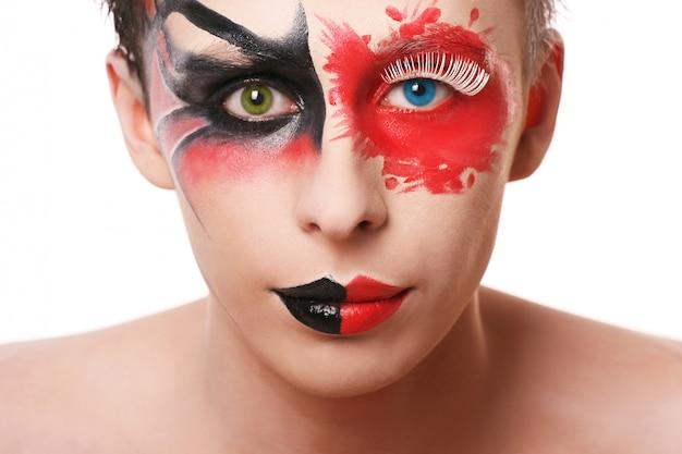 Homem bonito com maquiagem abstrata em branco Foto gratuita