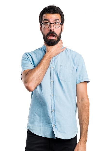 Homem bonito com óculos azuis se afogando Foto gratuita