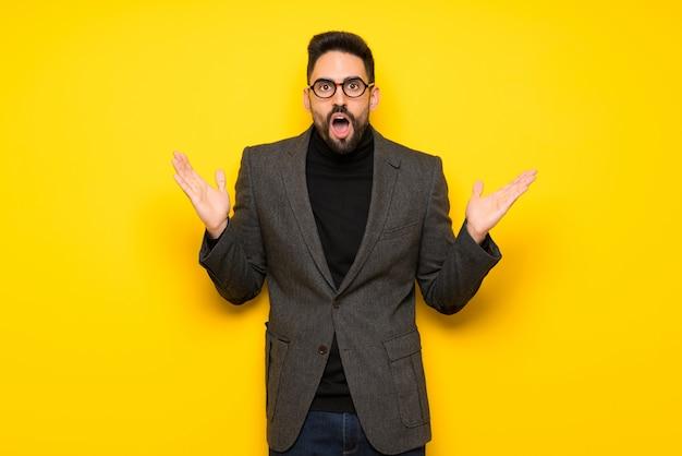 Homem bonito com óculos com surpresa e expressão facial chocada Foto Premium