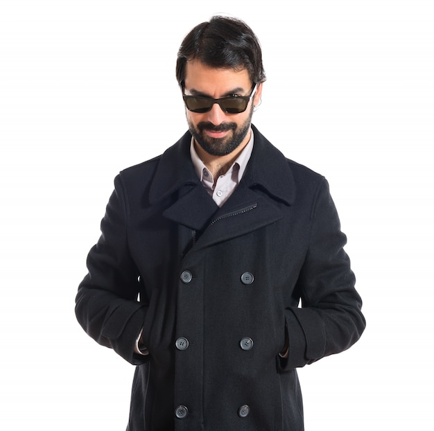 Homem bonito com óculos de sol sobre fundo branco Foto gratuita
