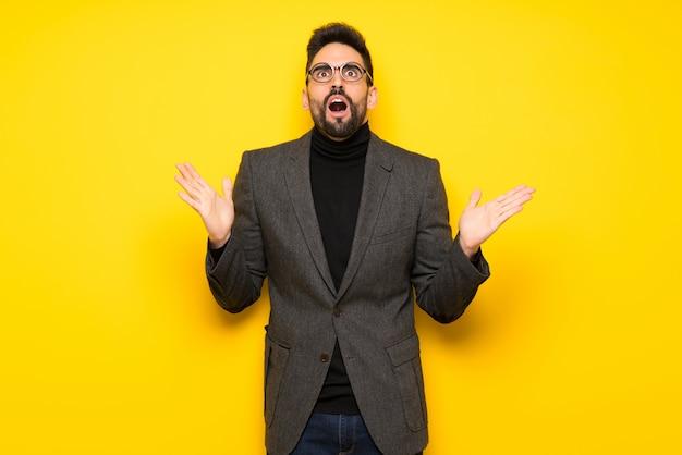 Homem bonito com óculos frustrado por uma situação ruim Foto Premium