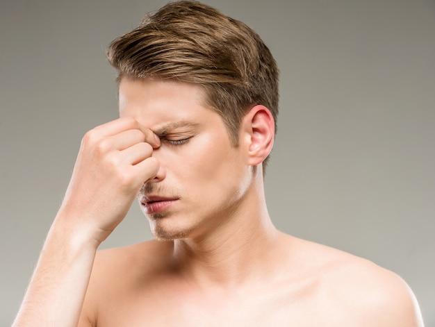 Homem bonito com pele pura perdido em seus pensamentos. Foto Premium