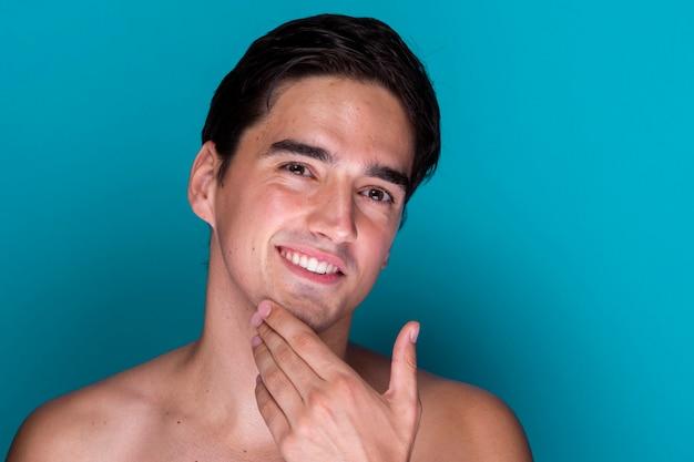 Homem bonito de close-up aliciamento Foto gratuita