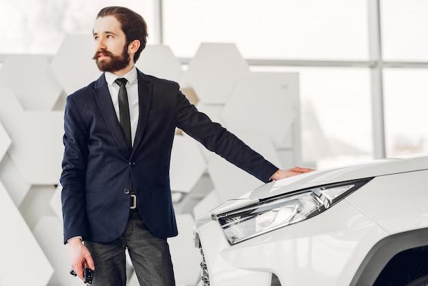 Homem bonito e elegante em um salão de beleza do carro Foto gratuita