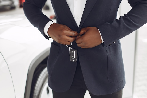 Homem bonito e elegante em um salão de carro Foto gratuita