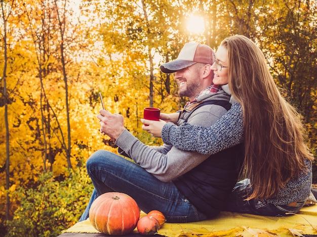Homem bonito e elegante mulher segurando um telefone Foto Premium