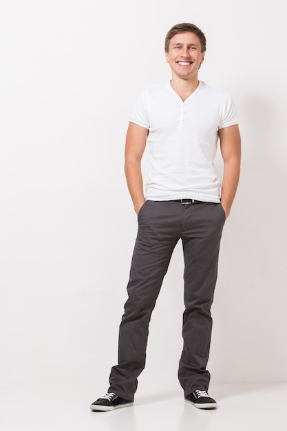 Homem bonito em camiseta Foto gratuita