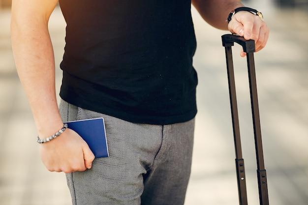 Homem bonito em pé no aeroporto Foto gratuita
