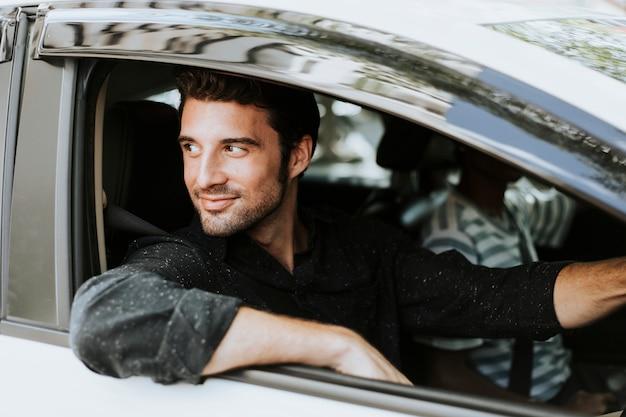 Homem bonito em um carro | Foto Premium
