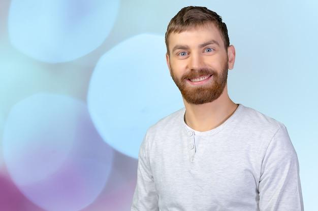 Homem bonito jovem com um grande sorriso Foto Premium