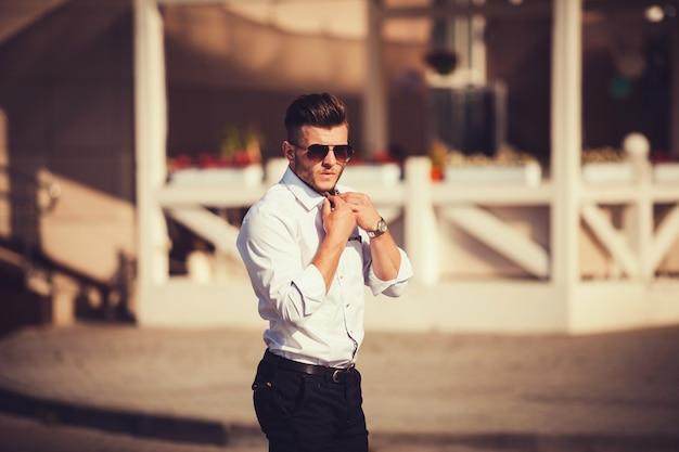 Homem bonito na camisa Foto Premium
