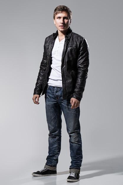 Homem bonito na jaqueta de couro Foto gratuita