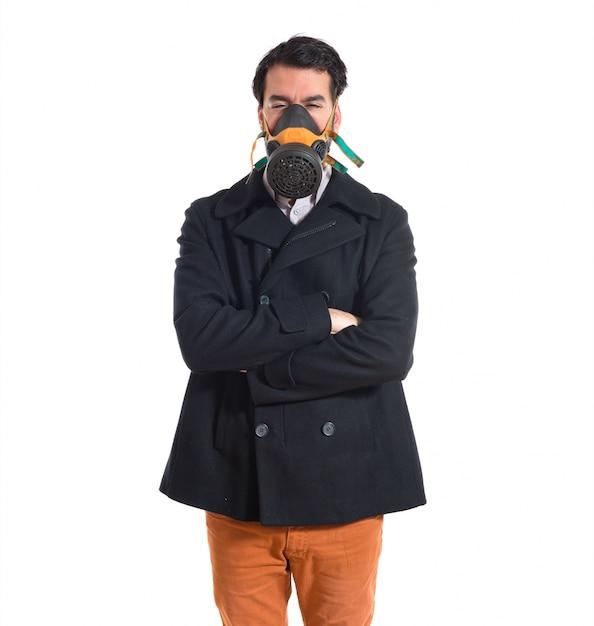 Homem bonito na máscara de gás Foto gratuita
