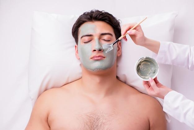 Homem bonito no conceito de massagem spa Foto Premium