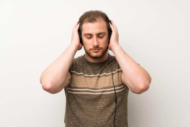 Homem bonito ouvir música com fones de ouvido Foto Premium