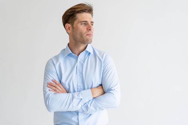 Homem bonito pensativo olhando para longe Foto gratuita