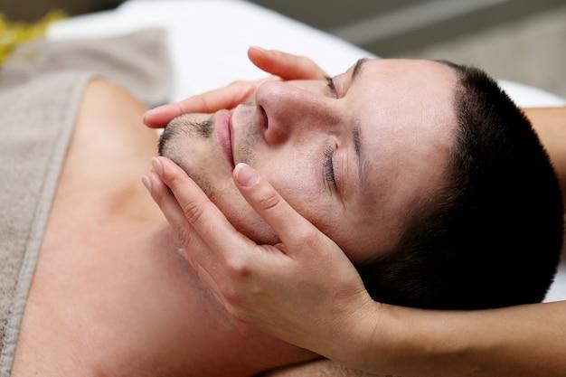 Homem bonito relaxante em um spa Foto gratuita
