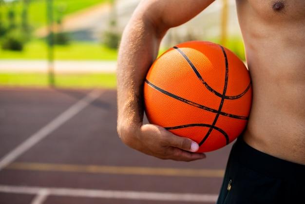Homem bonito, segurando uma bola Foto gratuita