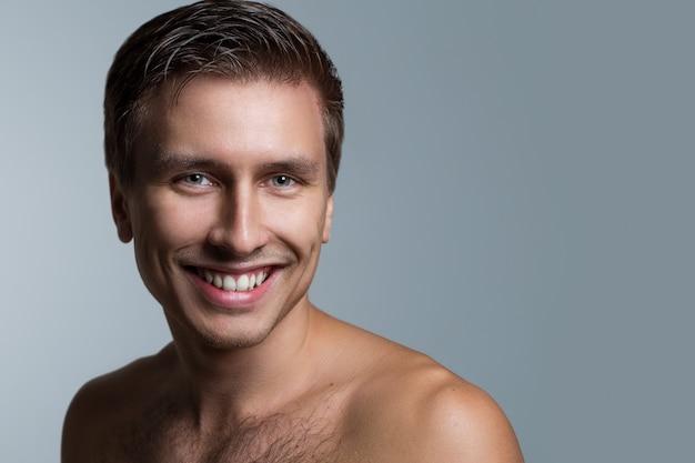 Homem bonito sem camisa Foto gratuita