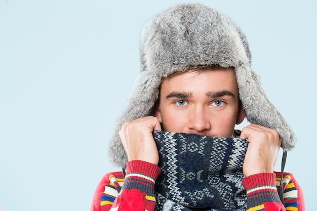 Homem bonito sente frio Foto gratuita