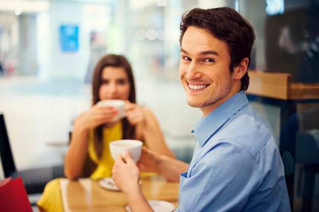 Homem bonito sorridente em uma reunião Foto gratuita