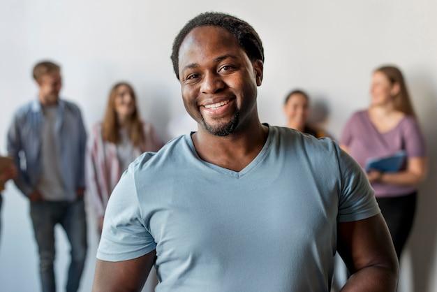 Homem bonito sorrindo de frente Foto gratuita