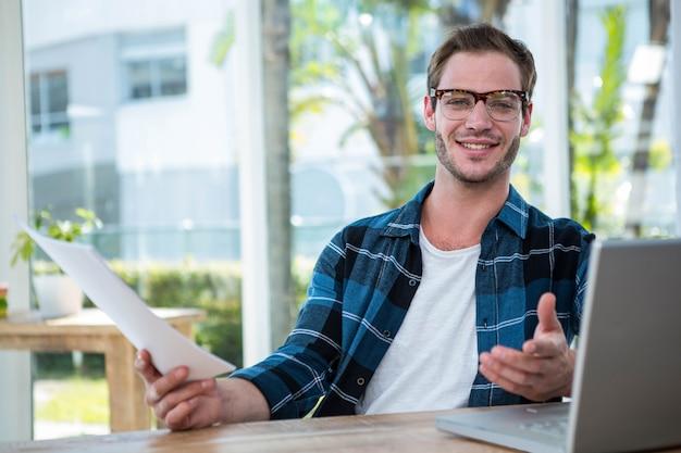 Homem bonito, trabalhando no laptop em um escritório brilhante Foto Premium