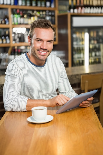 Homem bonito usando computador tablet Foto Premium