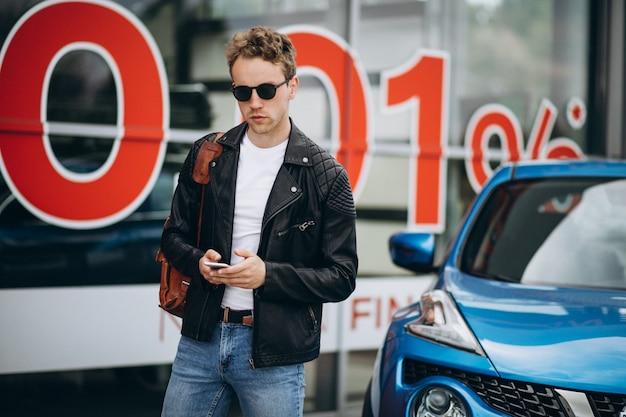 Homem bonito usando telefone, compras on-line Foto gratuita