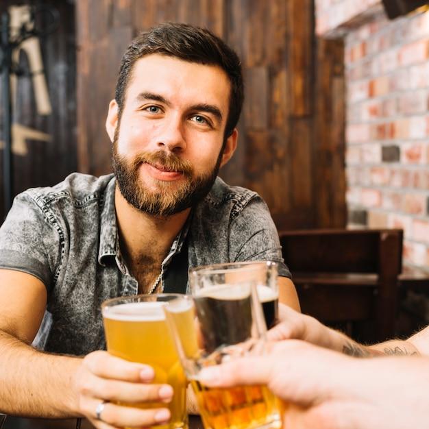 Homem, brindar, alcoólico, óculos Foto gratuita