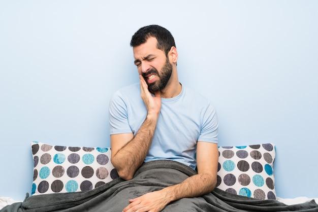 Homem, cama, com, toothache Foto Premium