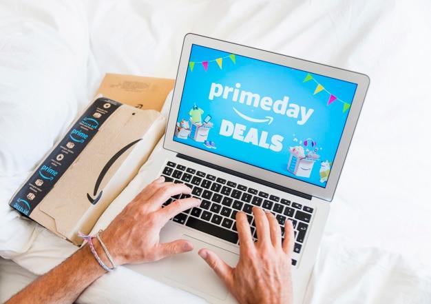 Homem, cama, trabalhando, laptop Foto gratuita