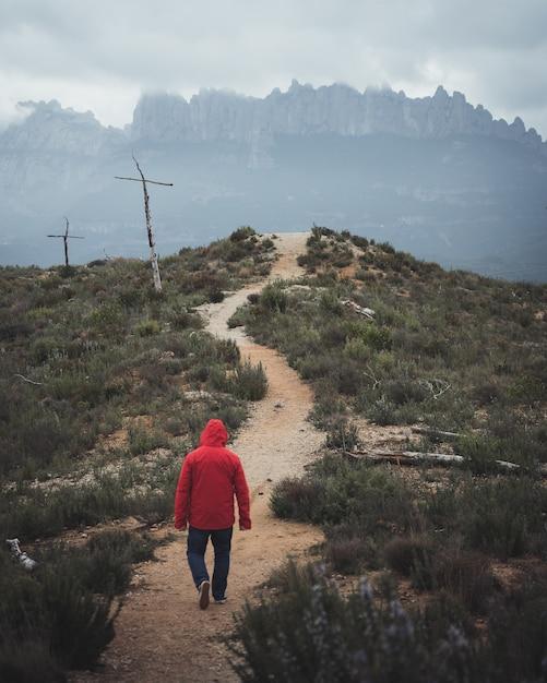 Homem caminhando na montanha Foto gratuita