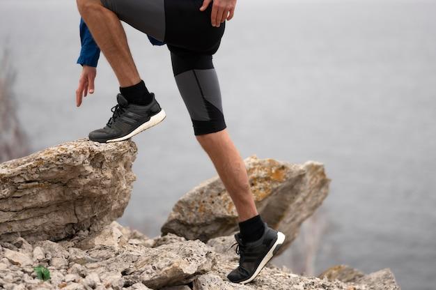 Homem caminhando por rochas Foto gratuita