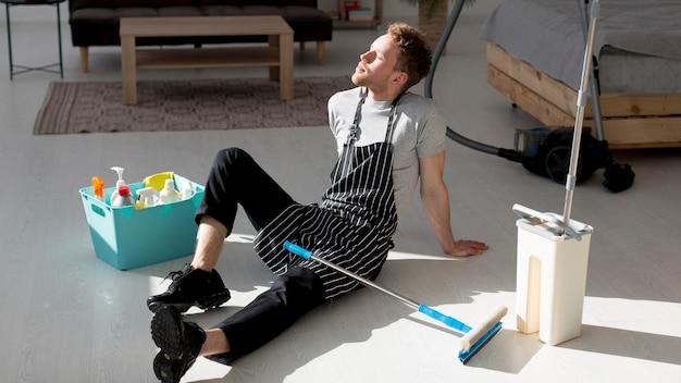 Homem cansado de chicotear chão Foto gratuita