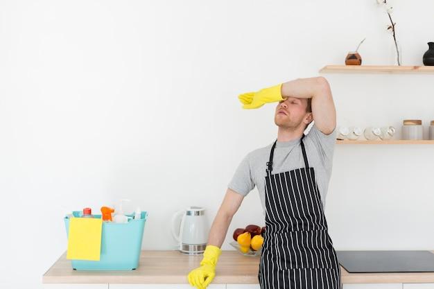 Homem cansado de limpeza Foto gratuita