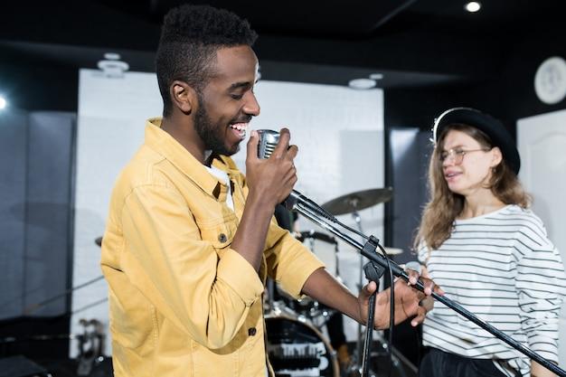 Homem cantando Foto Premium
