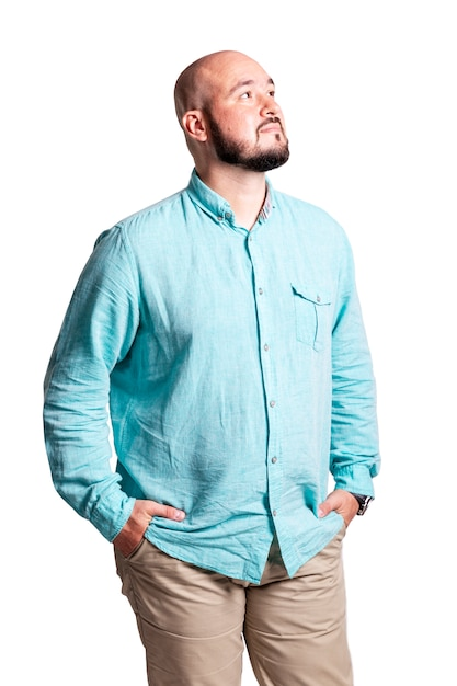 Homem careca e brutal, com um sorriso sonhador em pé e olhando para o céu, isolado Foto Premium