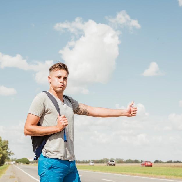 Homem, carona, estrada Foto gratuita
