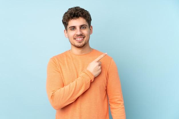 Homem caucasiano apontando para o lado Foto Premium