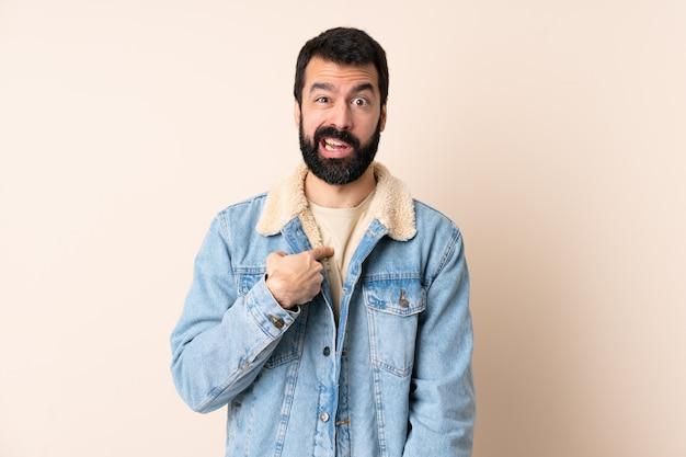 Homem caucasiano com barba mais isolado apontando para si mesmo Foto Premium